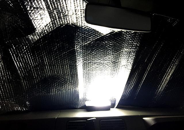 LEDランタンを置くと反射して明るくなる