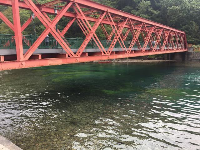 魚が泳いでいるのをたくさん見れる支笏湖